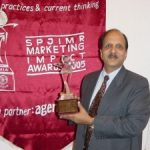Ratan Jalan, Founder of Medium, receiving the S.P Jain Marketing Impact of the year awards, 2005, for the path-breaking success of The Apollo clinic initiative.